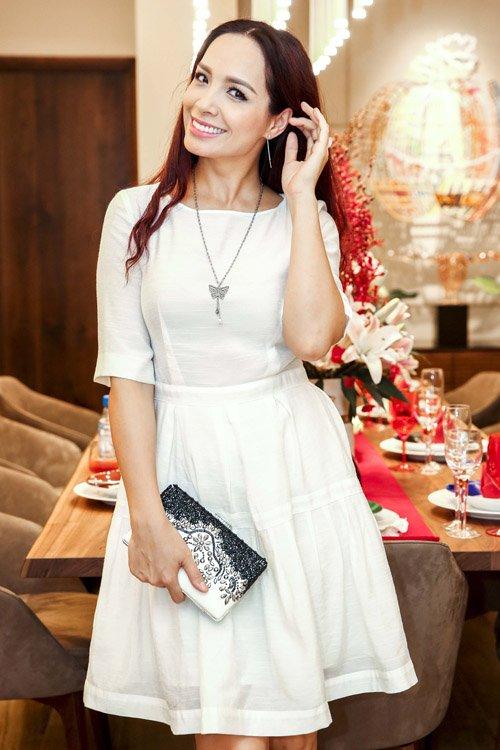Sự kiện tối qua còn có sự góp mặt của MC, cựu người mẫu Thúy Hạnh. Cô tự tin khoe vẻ gợi cảm khi diện đầm trắng trẻ trung, thanh lịch.