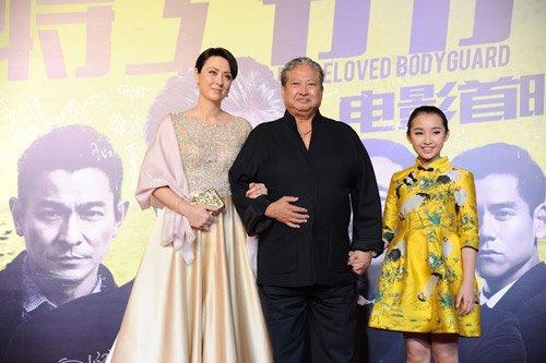 Trần Phái Nghiên (áo vàng) trong buổi ra mắt phim tại Bắc Kinh.