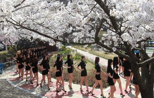 Đa số mọi người đều ca ngợi dáng vóc của những nữ sinh người mẫu này và cũng không quên bày tỏ mong ước có được cơ thể chuẩn như của các cô gái.