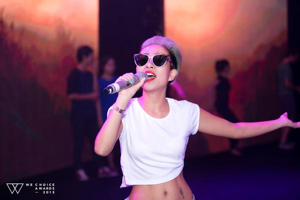 Nữ ca sĩ mang đến không khí vui vẻ bằng một bài hát yêu đời, mang ý nghĩa tích cực