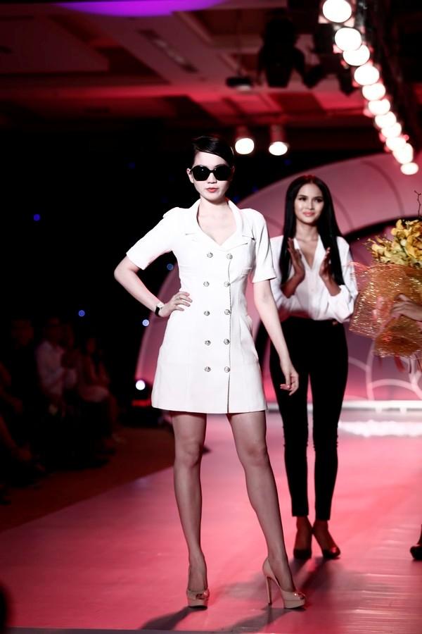 Ngọc Trinh còn làm người mẫu cho chính BST thời trang do cô thiết kế.