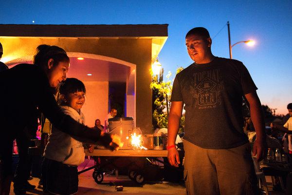 Carlos cùng vợ và con gái.