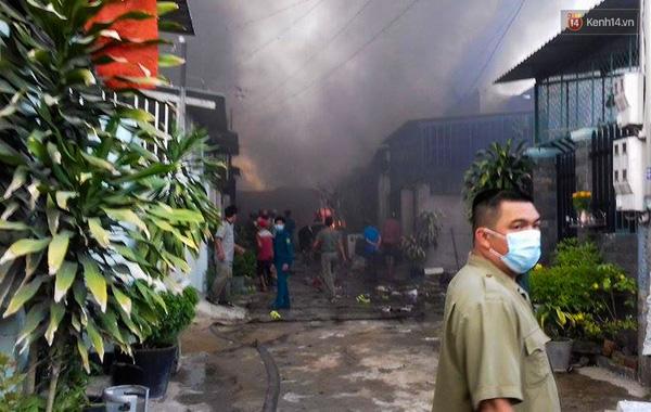 Lực lượng chức năng đang tích cực dập lửa.