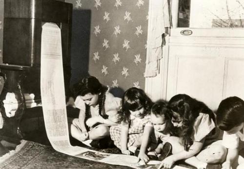 Tờ báo được phát hành qua máy fax đến tận nhà.