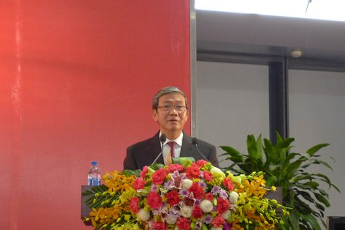 Ông Đinh Thế Huynh phát biểu tại cuộc họp báo.