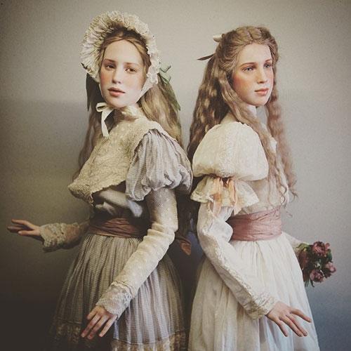 Búp bê được mặc những bộ trang phục theo phong cách cổ xưa.