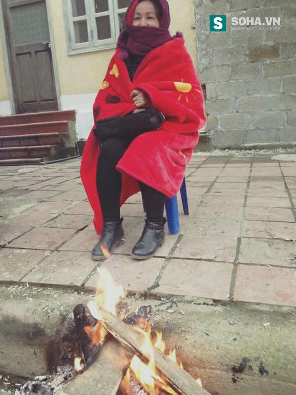 Người dân đốt lửa sưởi ấm.