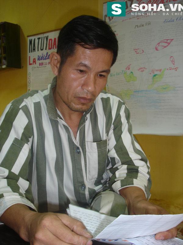 Phạm nhân rớt nước mắt khi đọc thư nhà.