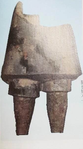 Tượng binh lính có hai chân không đồng nhất. (Ảnh: Nguồn Sohu).