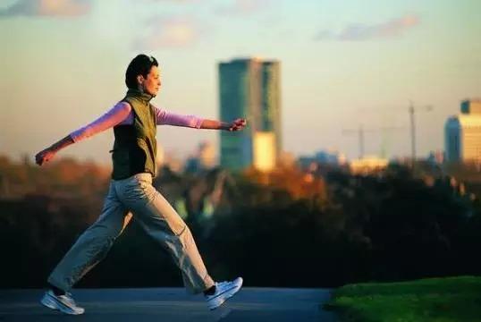 Tay lắc lư theo mỗi bước đi là dấu hiệu chứng minh lưng bạn khỏe mạnh. (Ảnh: nguồn internet).