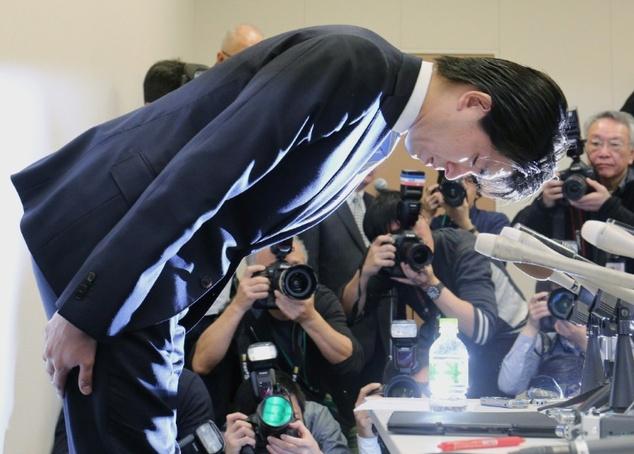 Ông Miyazaki đã cúi đầu nhận lỗi trước toàn dân trong bản tin trưa được phát sóng cả nước.