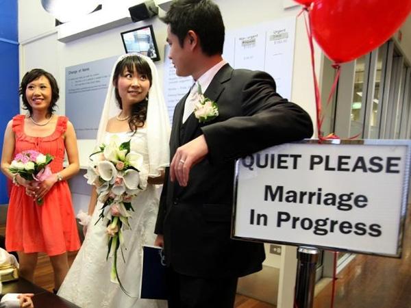 Khảo sát cho thấy nam giới ở Trung Quốc phải có thu nhập ít nhất6.701 NDT (khoảng hơn 20 triệu đồng) và phải có nhà may ra mới lấy được vợ.