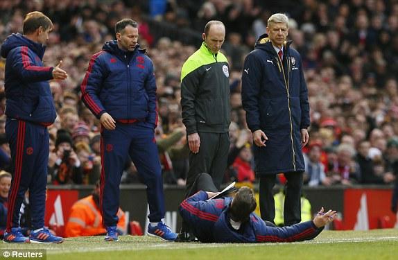 Bên ngoài đường biên, HLV Van Gaal quá đỗi phấn khích. Ông sẵn lòng nhào xuống mặt sân để minh chứng 1 tình huống trong trận đấu trước trọng tài bàn và cả địch thủ Wenger.