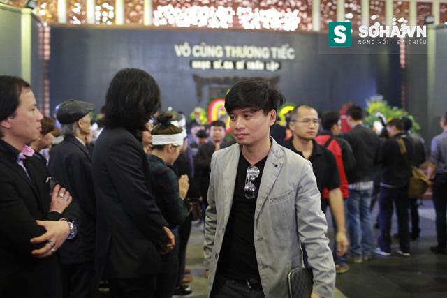 Ca sĩ Tấn Minh cũng đến chia buồn với gia đình từ sớm.