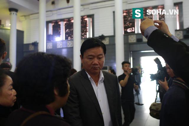 Bí thư Đinh La Thăng cũng đến để tiễn biệt huyền thoại Rocker Việt và động viên tinh thần các thành viên trong gia đình.