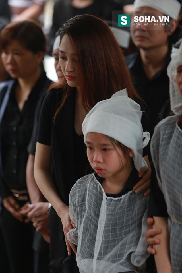 Cô có mặt từ sớm và đứng cạnh bên vợ và các con Trần Lập để an ủi.