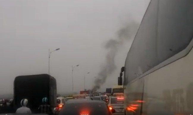Vụ việc khiến giao thông qua cầu Vĩnh Tuy bị ùn tắc cục bộ trong hơn 1 tiếng đồng hồ.
