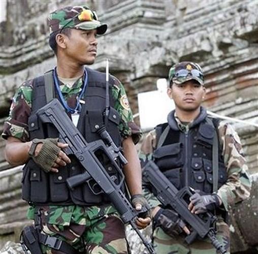 Nổi bật nhất trong kho súng mới tối tân của lực lượng đặc nhiệm Campuchia là khẩu súng trường tấn công kiểu bullpup QBZ-97 (gồm cả hai mẫu A-B) dùng cỡ 5,56mm do Trung Quốc sản xuất.  Súng trường tấn công QBZ-97 đạt tốc độ bắn khoảng 800 phát/phút, tầm bắn hiệu quả 400 - 600m, hộp tiếp đạn loại 30 viên cỡ 5,56 x 45 mm chuẩn NATO.