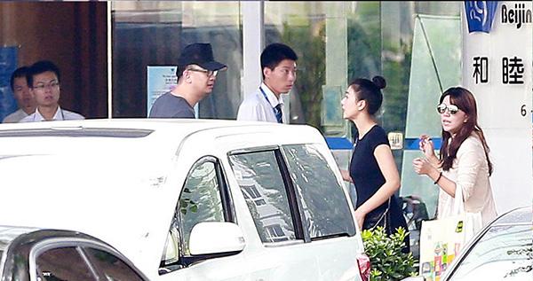 Ngày 5/8, bạn gái chưa cưới của Hoàng Hải Ba bí mật sinh con tại một bệnh viện ở Bắc Kinh. Trước đây ngày 15/5/2014, Hoàng Hải Ba từng bị cảnh sát bắt vì liên quan tới mại dâm