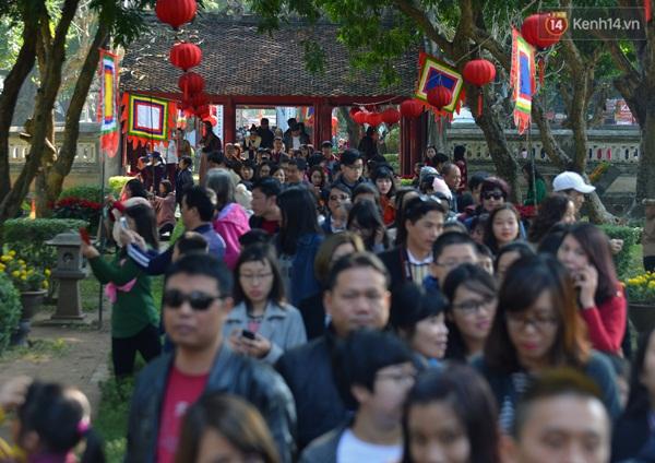 Không chỉ có du khách nước ngoài, rất nhiều gia đình đưa con đến đây để lễ đầu năm cầu tài lộc và học vấn.