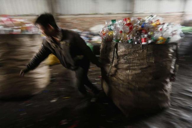 Loạt ảnh chấn động cho thấy đại dương đang trở thành hố rác khổng lồ của nhân loại - Ảnh 2.