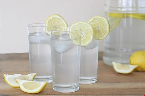 Nhiều người uống nước chanh với mục đích giảm cân nhưng chưa biết được hết tác hại của nó. Hình minh họa.