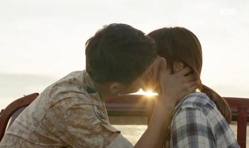 Cảnh hôn lãng mạn nhất của hai nhân vật chính trong tập 9 Hậu duệ mặt trời