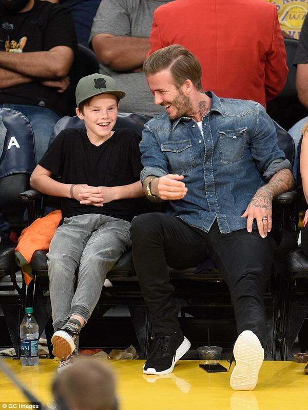 Cuối tuần qua, Becks đưa Romeo và Cuz đi xem trận bóng rổ ở giải NBA giữa LA Lakers và Celtics ở Los Angeles.  Trên hàng ghế VIP, cựu danh thủ người Anh trêu đùa Cruz khi cậu nhóc được một cheerleader vẫy tay chào. Cậu bé không dám nhìn cheerleader ăn mặc sexy của LA Lakers, khiến cho ông bố lắm chiêu Beckham được dịp tha hồ chọc ghẹo.