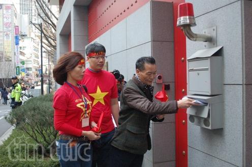 Đoàn biểu tình cử đại diện gửi Tuyên bố chung của Cộng đồng người Việt tại Hàn Quốc tới Đại sứ quán Trung Quốc tại thủ đô Seoul.
