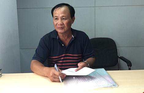 """Ông Nguyễn Văn Tấn và quán cà phê """"Xin chào"""" . Ảnh: PHƯƠNG LOAN"""