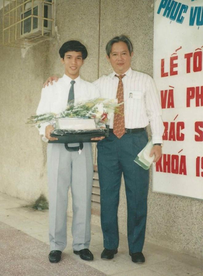 Bác sĩ Phan Đình Hiệp và cố giáo sư Tôn Thất Bách - Người thầy mà BS Phan Đình Hiệp ngưỡng mộ và có nhiều kỷ niệm thời sinh viên. Ảnh chụp ngày tốt nghiệp 14/9/1995