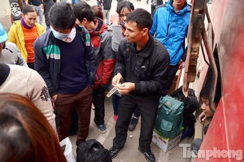 Các chuyến xe đi xa như Lào Cai, Sơn La, Yên Bái,... đông nghịt người, hành lý.