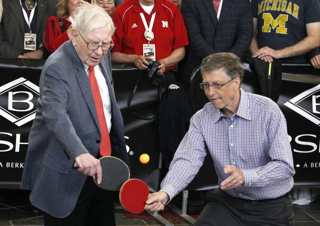 Bill Gates chơi bóng bàn cùng Warren Buffett
