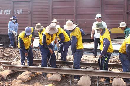 Công nhân đang thi công đường sắt dẫn qua cầu Ghềnh khu vực Đồng Nai dưới nắng gay gắt. Ảnh: H.A.C