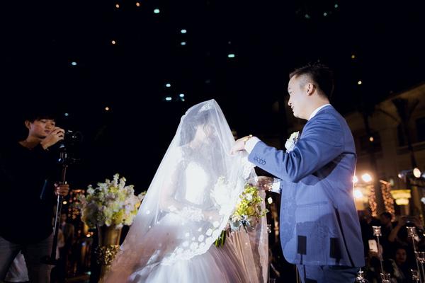 Cô dâu và chú rể trong đám cưới gây chú ý.