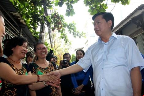 Bí thư Thành ủy Đinh La Thăng thăm hỏi và nhắc nhở bà con quận 2 giữ gìn, làm đẹp khu vực mình sinh sống. Ảnh: HOÀNG GIANG
