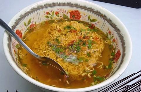 Nhiều loại mỳ tôm ở Việt Nam công khai ghi có sử dụng chất tạo màu E102 (ảnh minh họa)