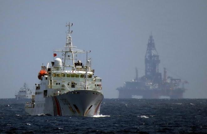Các tàu hải cảnh Trung Quốc bảo vệ giàn khoan Hải dương 981 hạ đặt phi pháp trong vùng đặc quyền kinh tế của Việt Nam, năm 2014. (Ảnh: Reuters)