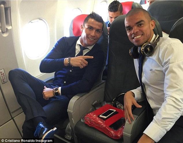 Ronaldo có vẻ như đã hồi phục chấn thương và siêu sao người Bồ Đào Nha vui vẻ tạo dáng chụp hình cùng đồng đội Pepe.