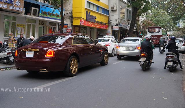 Chiếc xe sau đó di chuyển về hướng ngoại thành.