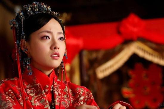Ác nữ Giang Bội Vân (Trương Gia Nghê) trong Khuynh thành tuyết khóc nức nở vào ngày thành hôn.