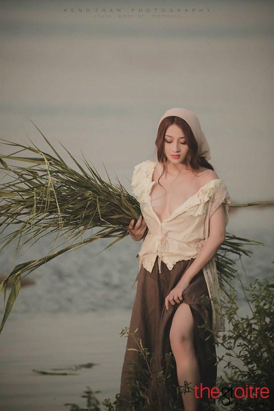 Theo tìm hiểu, cô gái nông thôn xinh đẹp, hở hang này tên thật là Lê Kim Cương (nickname Kim Lê) sinh năm 1992, đến từ Bến Tre.
