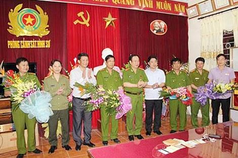 Đại tá Nguyễn Văn Bính, Phó giám đốc Công an tỉnh Thanh Hóa trao thưởng cho Ban chuyên án.