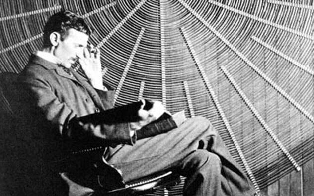 Nikola Tesla cùng nhiều thiên tài nổi tiếng khác trên thế giới như Napoleon Boneparte, Thomas Edison đều biểu lộ sự căm ghét của mình với giấc ngủ và đều có những thói quen giảm thời gian ngủ của mình xuống mức tối đa.