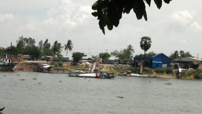 Một điểm tập kết, sang chiết đổi vỏ bao bì để vận chuyển lậu đường cát Thái Lan về nước tiêu thụ của Tỉ đường tại Chraythom, Kotthom, Kandal (Campuchia) - Ảnh: Đ. Vịnh