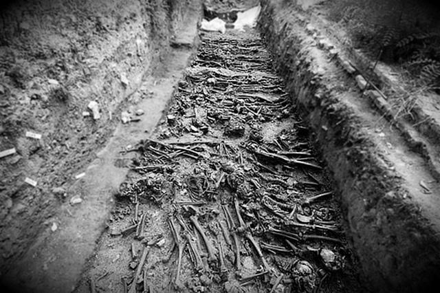 Nhiều mồ chôn tập thể nơi đây.