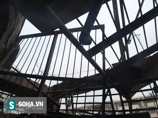 Phần mái hiên và cánh cổng của căn nhà bị hư hỏng nặng nề.
