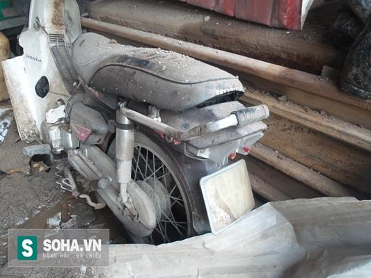 Một chiếc xe máy để bên trong căn nhà vợ chồng ông Cường sinh sống bị hư hỏng nặng.
