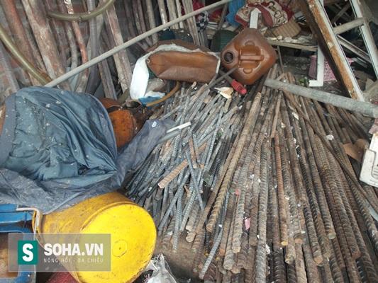 Bên trong ngôi nhà chủ yếu là các loại sắt vụn từ các công trường phư sắt cây loại phi 18, 20, 22 và có chiều dài từ 80 - 100cm.