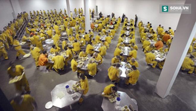 Bên trong phòng ăn của nhà tù Theo Lacy.